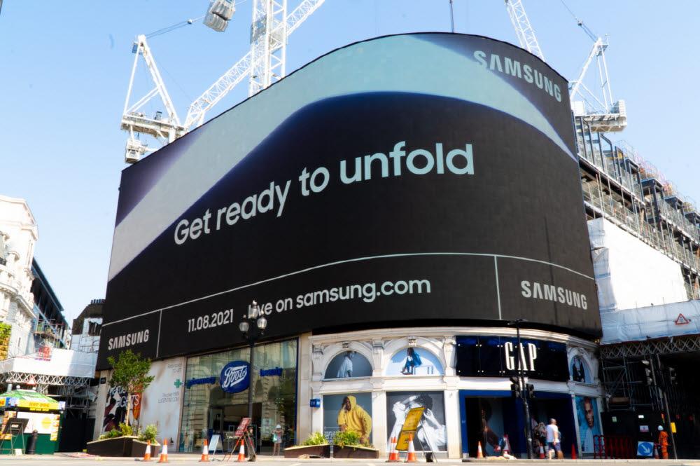 삼성전자가 다음 달 11일 삼성 갤럭시 언팩 2021 행사를 앞두고 세계 주요 랜드마크에서 옥외광고를 시작했다. 영국 런던 피카딜리 서커스에서 진행 중인 옥외광고