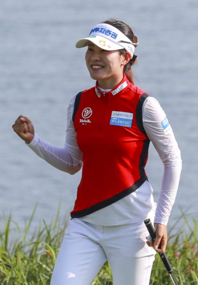 DB그룹 한국여자오픈 골프선수권대회에서 우승을 확정지은 뒤 기뻐하는 박민지. 사진_손진현 기자