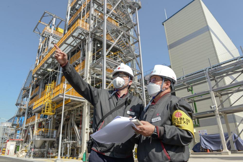 LG화학 직원들이 여수 탄소나노튜브(CNT) 2공장을 살펴보고 있다
