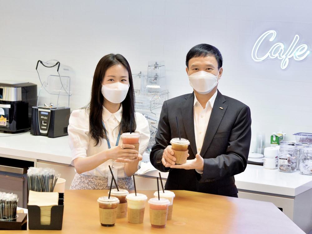 동양생명이 전속 설계사들과 전 임직원에게 시원한 여름나기를 지원하기 위한 사랑의 커피 선물 전달 기념행사를 진행했다.
