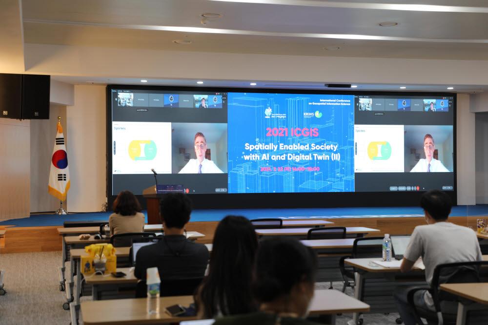 마크엔저 디지털 프레임워크 태스크 그룹 의장이 온라인으로 ICGIS2021 기조연설을 하고 있다.