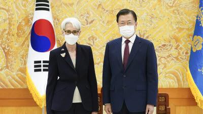 """문 대통령, 美 국무 부장관 접견...""""북미대화 재개 노력해달라"""""""