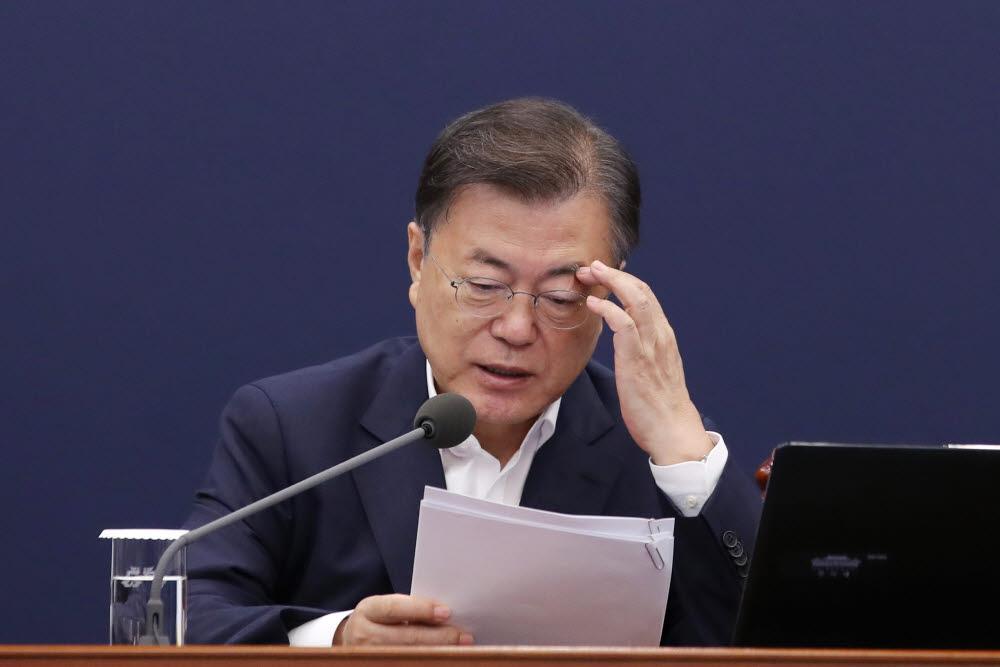 문재인 대통령이 5일 청와대 여민관에서 열린 수석·보좌관회의에서 발언하고 있다. 연합뉴스
