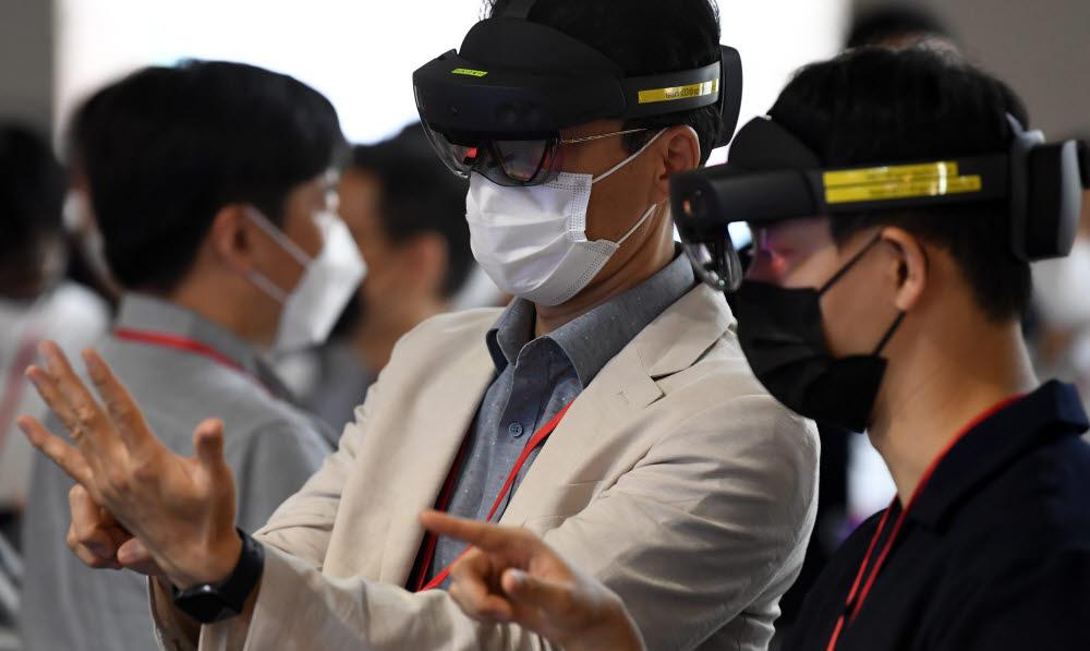 참관객들이 마이크로스프트사의 HMD를 체험하고 있다.