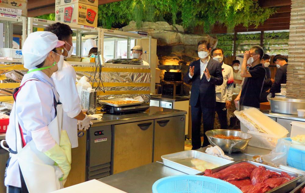 황희 문화체육관광부 장관이 24일 일본 도쿄 헨나 호텔에 마련된 대표팀 급식지원센터를 방문해 근무자들을 격려했다. 사진=주일한국문화원 제공.
