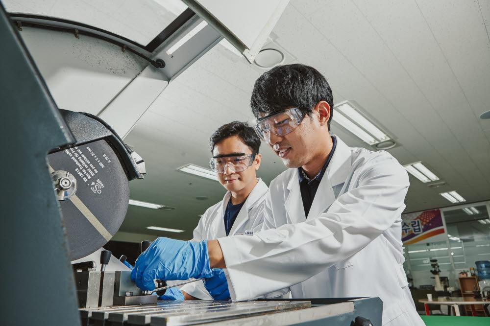 한국전기안전공사 전기안전연구원의 연구원이 화재 원인 감식 실험을 하고 있다.