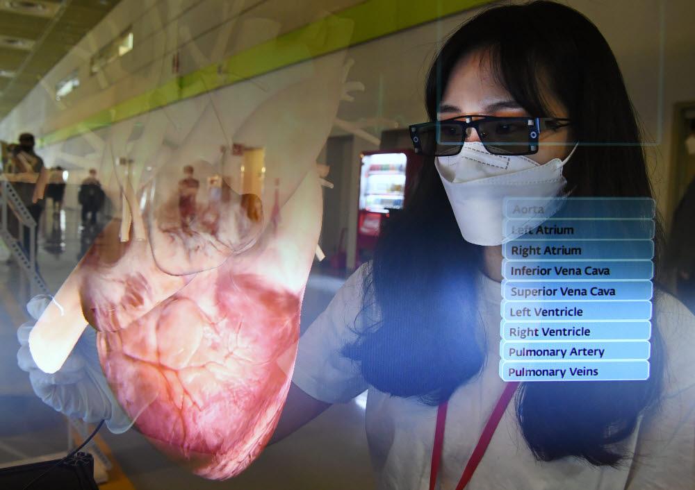 서울VR·AR엑스포에서 참관객이 베스트텍 부스에서 3D 안경과 스타일러스 펜으로 증강(AR)/가상(VR) 교육을 할 수 있는 실감형 콘텐츠 솔루션 z스페이스를 체험하고 있다. 이동근기자 foto@etnews.com