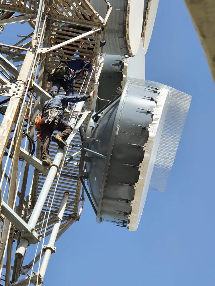 KT 직원들이 백령도의 MW(micro wave) 시설을 점검하고 있다.