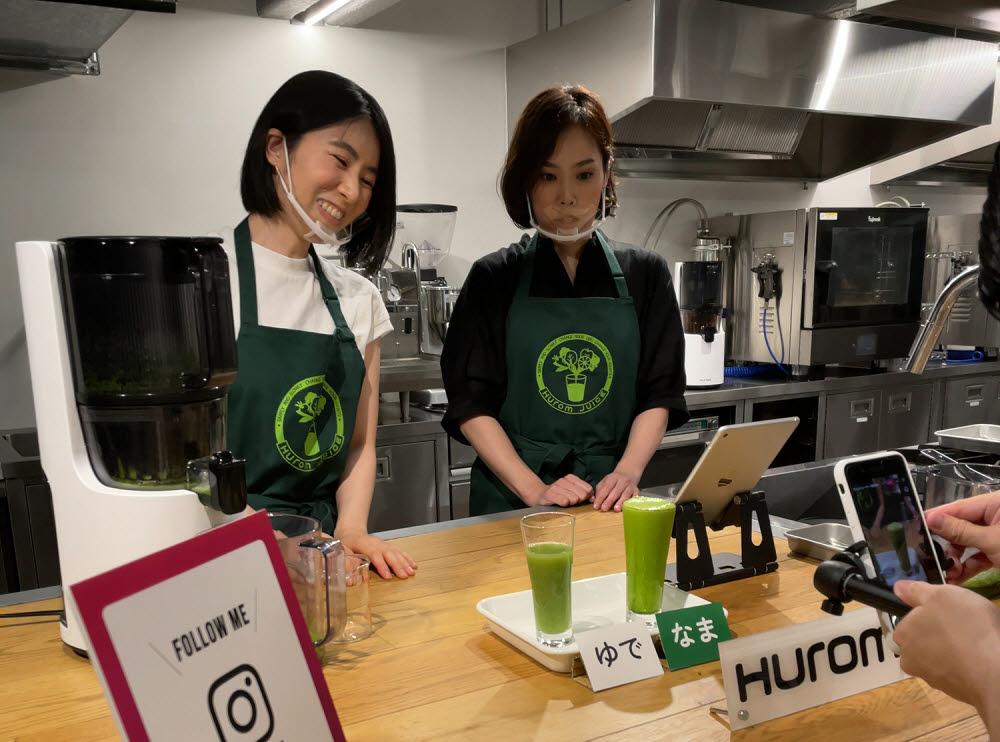 휴롬 일본법인 관계자가 인스타 라이브 방송에서 원액기를 소개하고 있다.