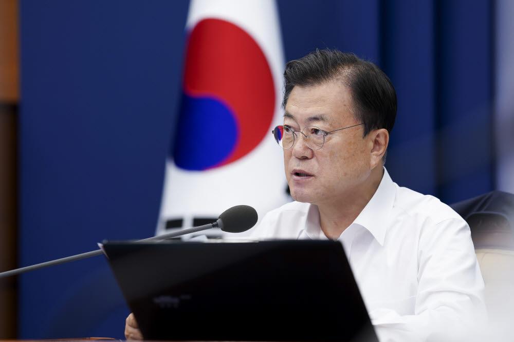 문재인 대통령이 26일 청와대에서 열린 수석·보좌관 회의에서 발언하고 있다. 연합뉴스