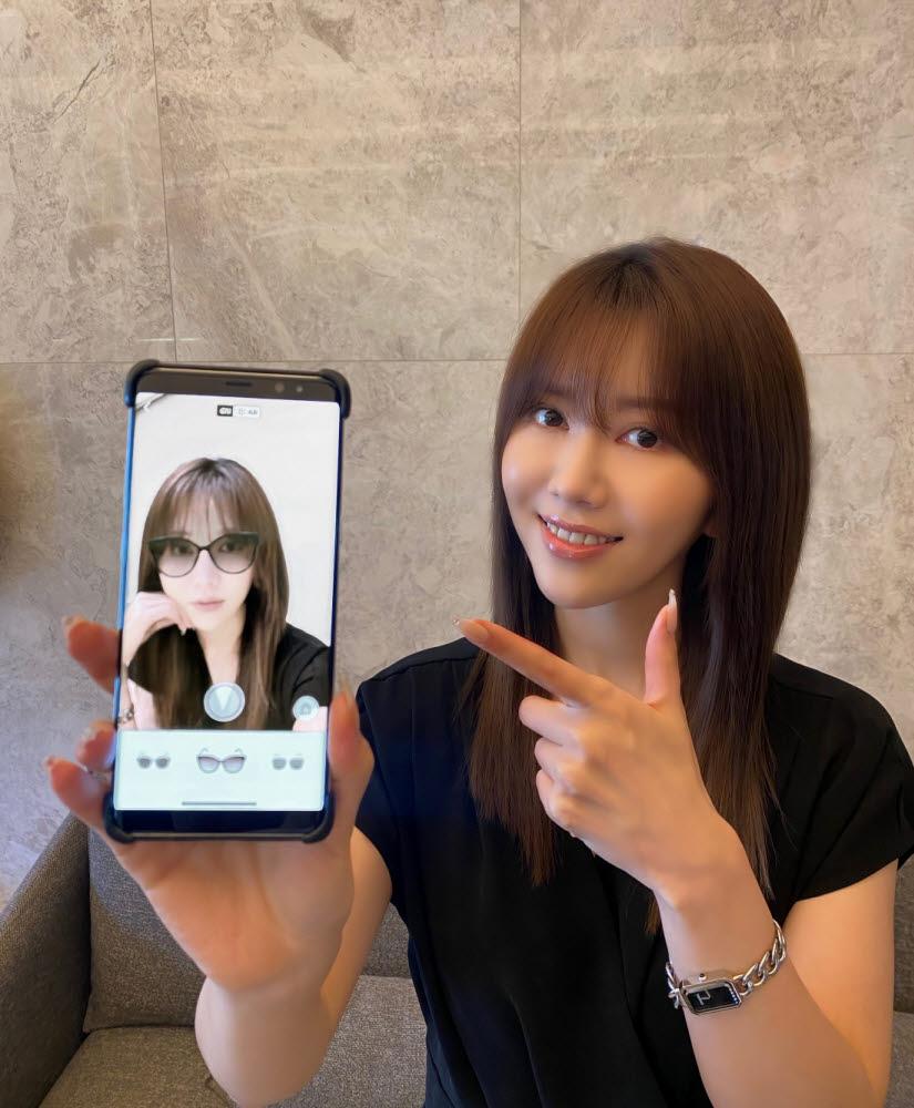 롯데면세점 모바일 앱에서 새롭게 선보이는 선글라스 가상 피팅 서비스