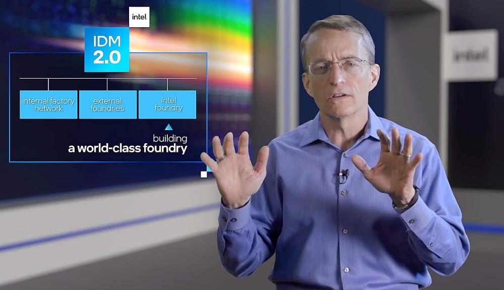 인텔이 2024년에 2나노 공정 기반으로 퀄컴 칩을 양산한다는 계획을 밝혔다. 팻 겔싱어 최고경영자(CEO)가 26일(미국 서부 현지시간) 온라인 기술 설명회 인텔 액셀러레이티드를 통해 인텔 반도체 공정 로드맵과 차세대 기술을 발표하고 있다. <유튜버 영상 캡처>