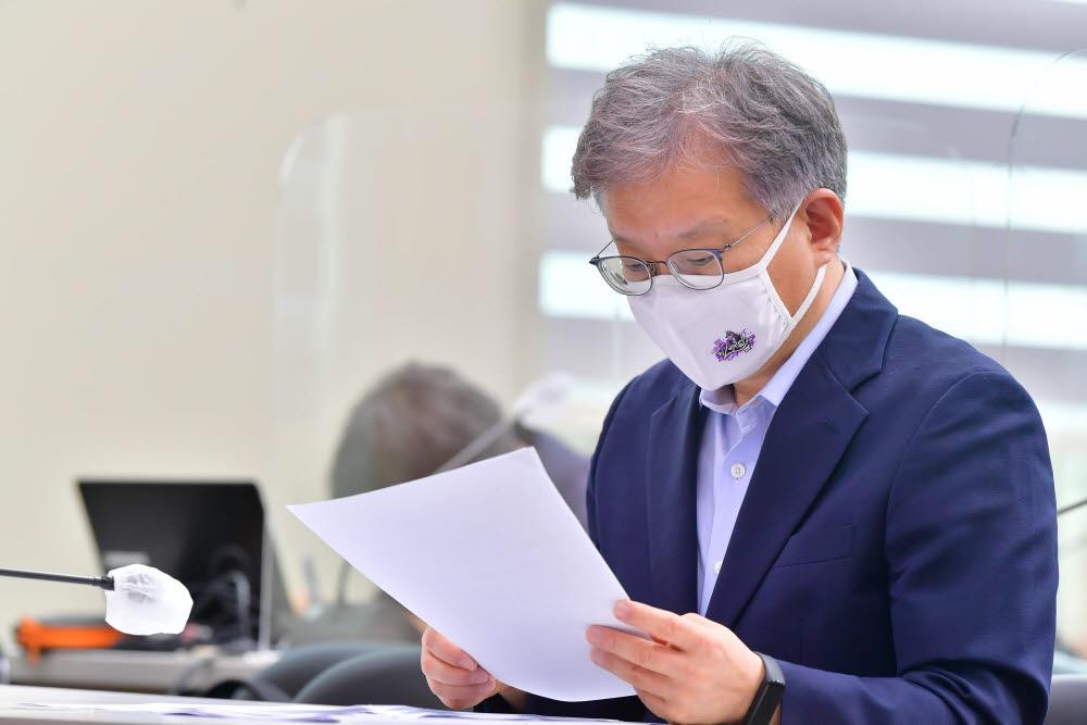 권 장관이 제2벤처붐이 적혀 있는 마스크를 착용하고 자료를 살펴보고 있다.