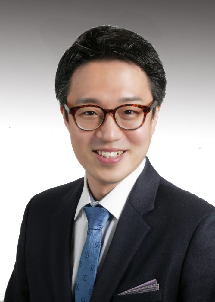 염료 폐수를 98%이상 분해할 수 있는 광촉매를 개발한 김웅 경북대 교수