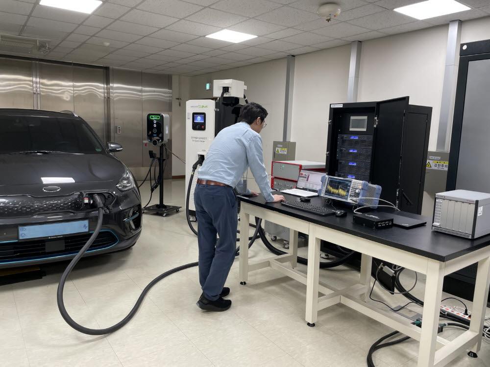 KERI 연구원이 전기차 상호운용성 테스트를 진행하고 있다.