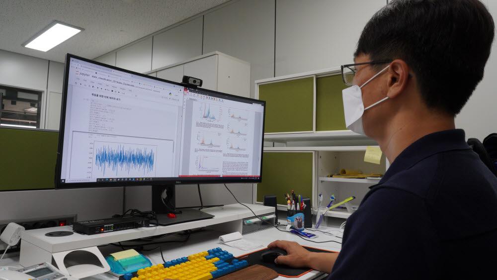 생기원 윤종필 박사가 개발한 딥러닝 모델과주파수 변화를 통해 설비의 고장 유무를 진단하고 있다.