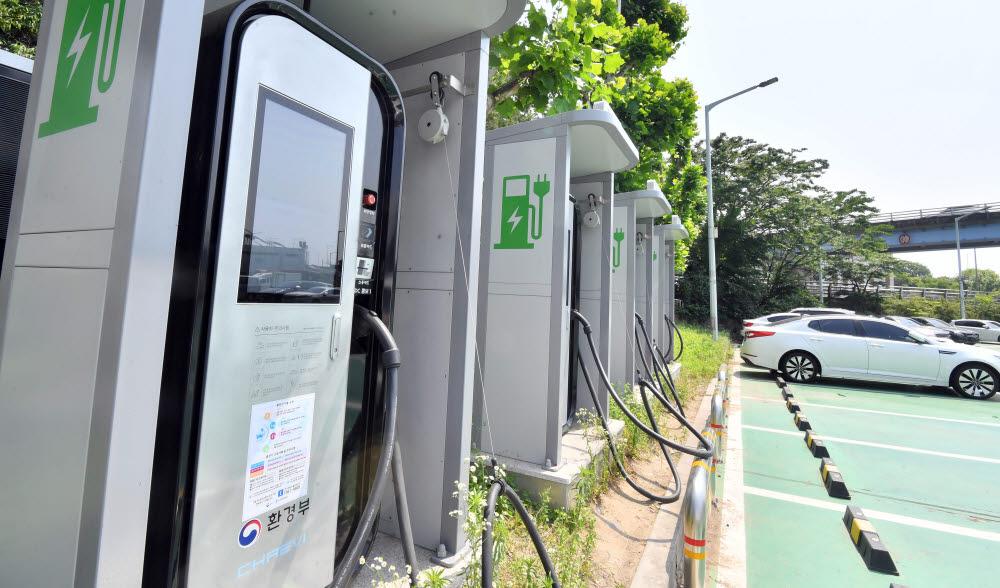 환경부가 서울 마포구에 운영 중인 전기차용 급속 충전기.