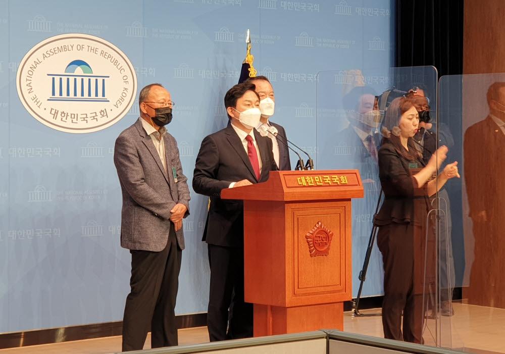 원희룡 제주지사가 29일 국회 소통관에서 1호 공약 부동산 대책인 주택 국가찬스를 발표하고 있다.