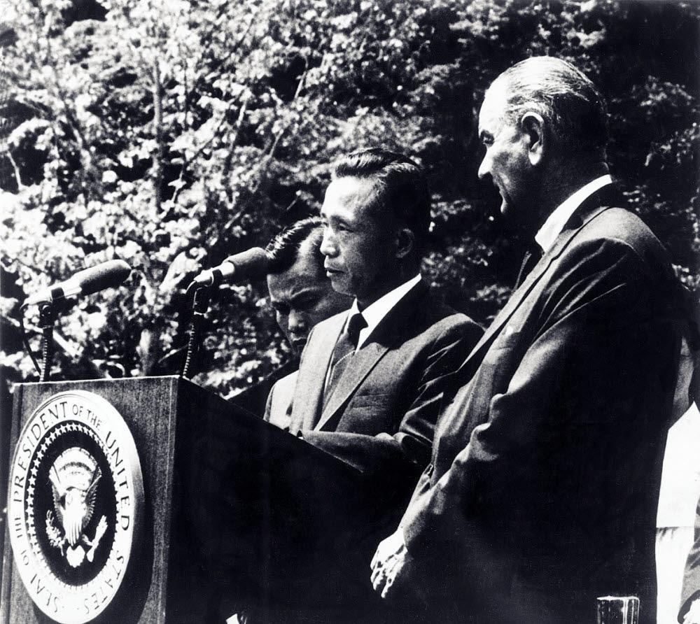 1965년 5월 18일 미국 백악관에서 박정희 대통령(가운데)과 린든 존슨 대통령(오른쪽)이 한국의 공업기술 및 응용과학연구소 설립 관련 공동성명을 발표하고 있다. <한국과학기술연구원 제공>