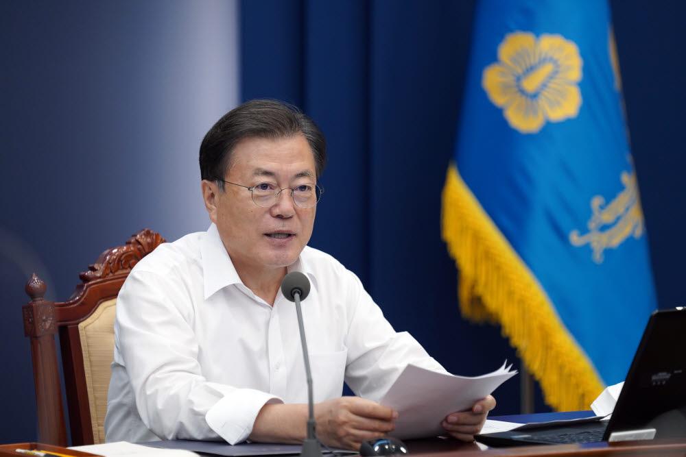 문재인 대통령이 2일 청와대에서 열린 수석ㆍ보좌관 회의에서 발언하고 있다. 청와대 제공