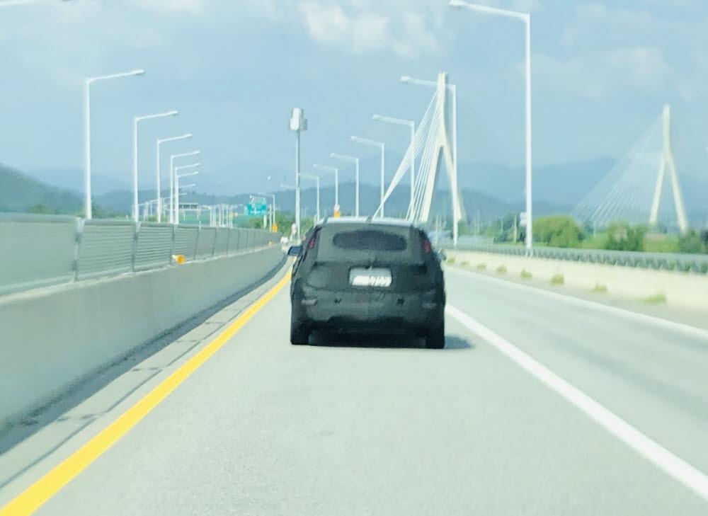 기아 니로 테스트 차량이 도로를 달리고 있다. / 정치연 기자