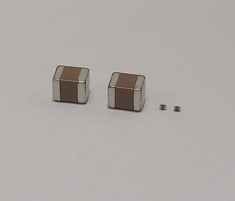 0603 MLCC(오른쪽)와 3216 MLCC. <사진=삼성전기>
