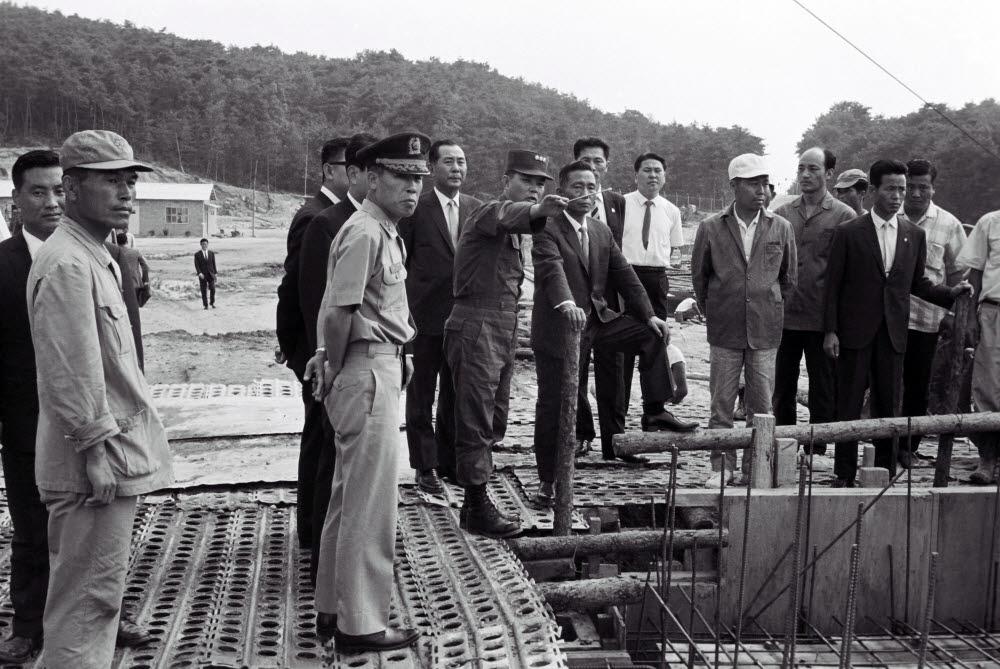 박정희 대통령이 1967년 6월 22일 서울 홍릉 인근에 건설되고 있는 한국과학기술연구원 공사 현장을 살펴보고 있다. <한국과학기술연구원 제공>