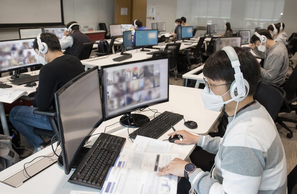 지난 5월 용인 서천의 삼성전자 인재개발원에서 감독관들이 온라인 GSAT 응시자들을 대상으로 예비소집을 진행하고 있다.(사진=삼성전자 제공)