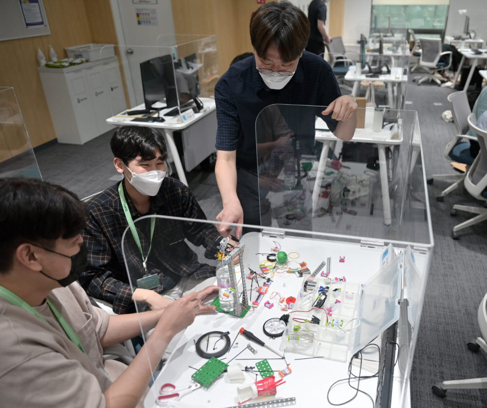 삼성청년SW아카데미 4기 서울캠퍼스의 교육생들이 함께 프로젝트를 진행하고 있다.