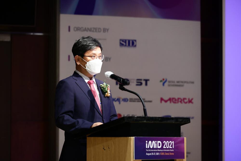 이병호 한국정보디스플레이학회장이 삼성동 코엑스에서 열린 IMID 2021 행사에서 참가자들에게 축하 연설을 하고 있다<사진=한국정보디스플레이학회>