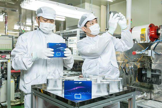 삼성SDI 연구원들이 각형 배터리를 살펴보고 있다.