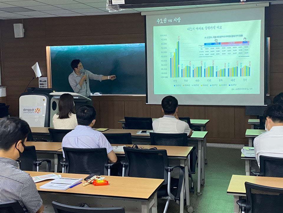 동국대 미래융합교육원에서 수강생들이 교육을 받고 있다.