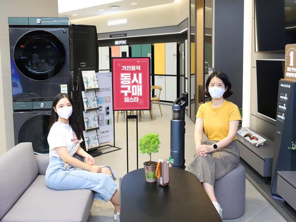 롯데하이마트 대치점에서 모델들이 9월 가전올팩 동시구매 페스타를 소개하고 있다.