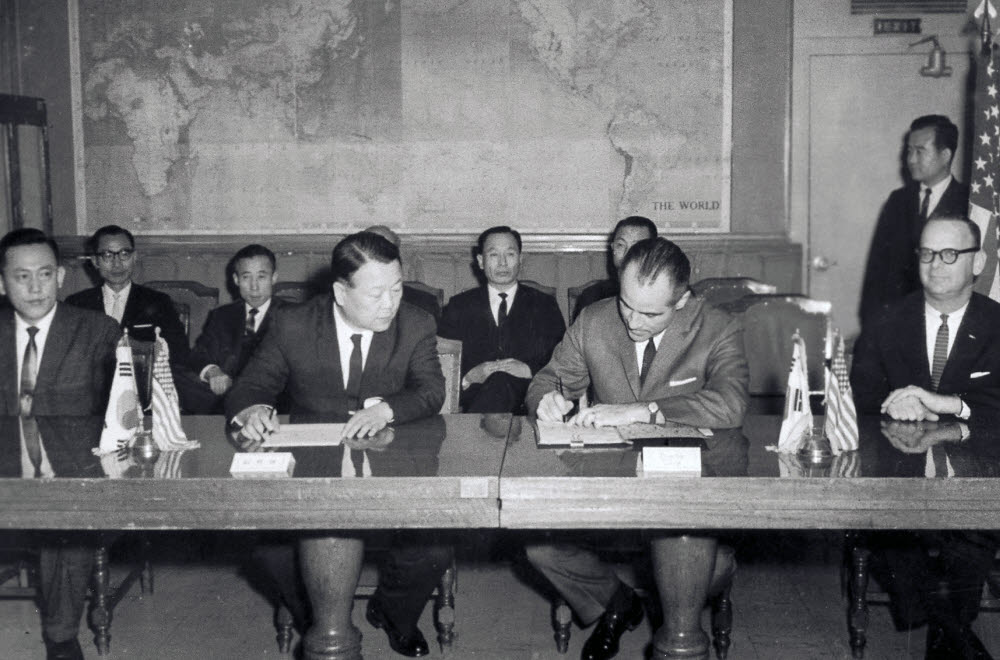 1966년 2월 4일 장기영 부총리 겸 경제기획원 장관(왼쪽 두 번째)과 버스틴 유솜 처장(왼쪽 세 번째)이 한미 두 나라를 대표해 연구소 설립 협정서에 서명했다. 한국과학기술연구원 제공