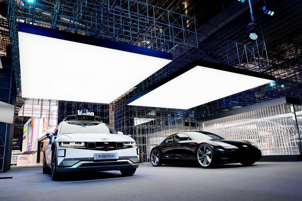(왼쪽부터) 아이오닉5 로보택시, 두 번째 전용 전기차 아이오닉6의 컨셉카인 프로페시(Prophecy), 하반기 공개 예정인 아이오닉 브랜드 대형 SUV 컨셉의 실루엣.