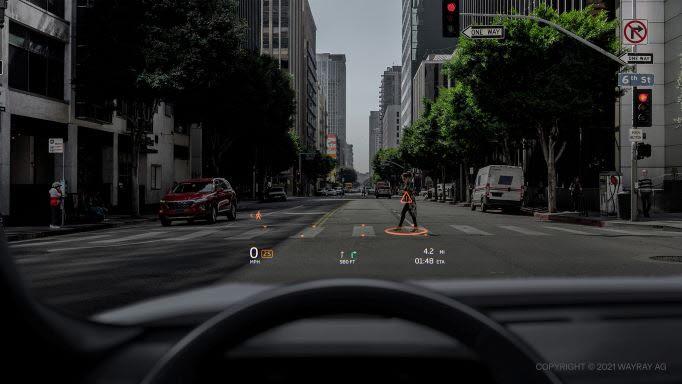 웨이레이 딥 리얼리티 디스플레이이 첨단 운전자 보조 시스템(ADAS)이 인지한 보행자와 횡단보도 정보를 차량 전면 유리에 표시하고 있다.