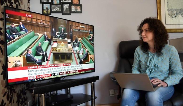 자택에서 의회에 참가하는 영국 자유민주당 소속 웬디 체임벌린 하원의원. [AFP=연합뉴스]