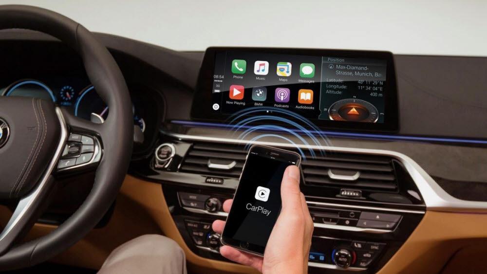 애플 카플레이를 제공하는 BMW 커넥티비티 화면.