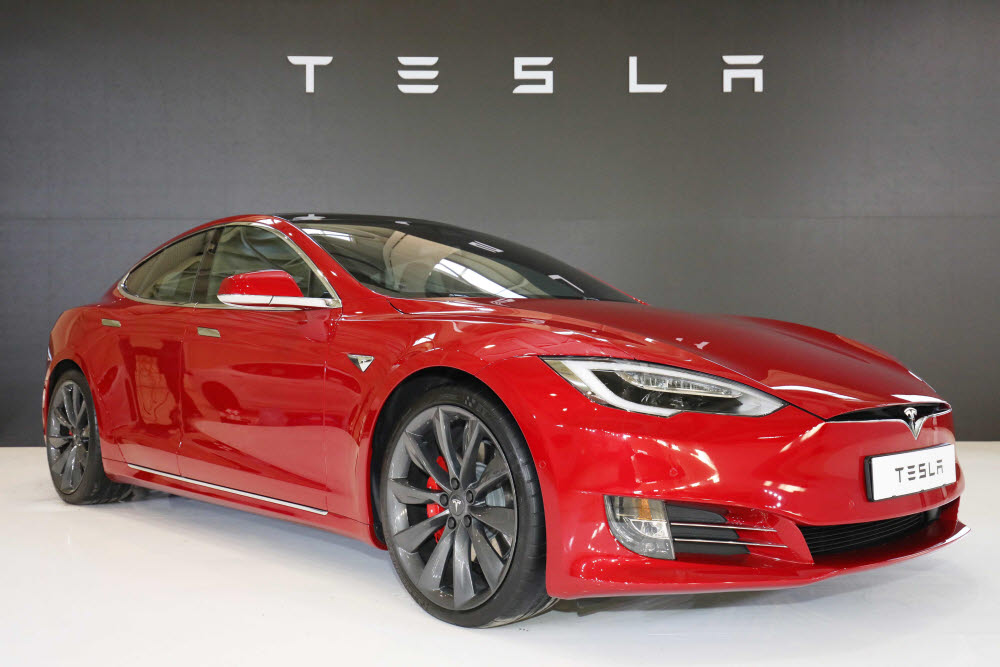 테슬라의 첫 대량생산 전기차 모델S.