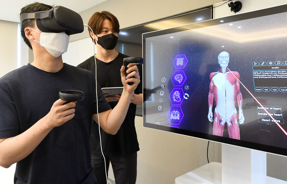 서울 종로구 메디컬아이피에서 직원이 메타버스 플랫폼에 적용된 의료 교육 프로그램을 테스트하고 있다. 김민수기자 mskim@etnews.com