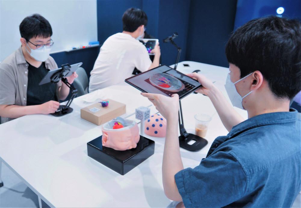 서울대 의과대학에서 해부신체구조의 3D영상 소프트웨어·3D프린팅 기술 활용 연구 및 실습 교과에 메타버스 개념을 접목한 실습교육을 진행하는 모습 (사진=메디컬아이피)