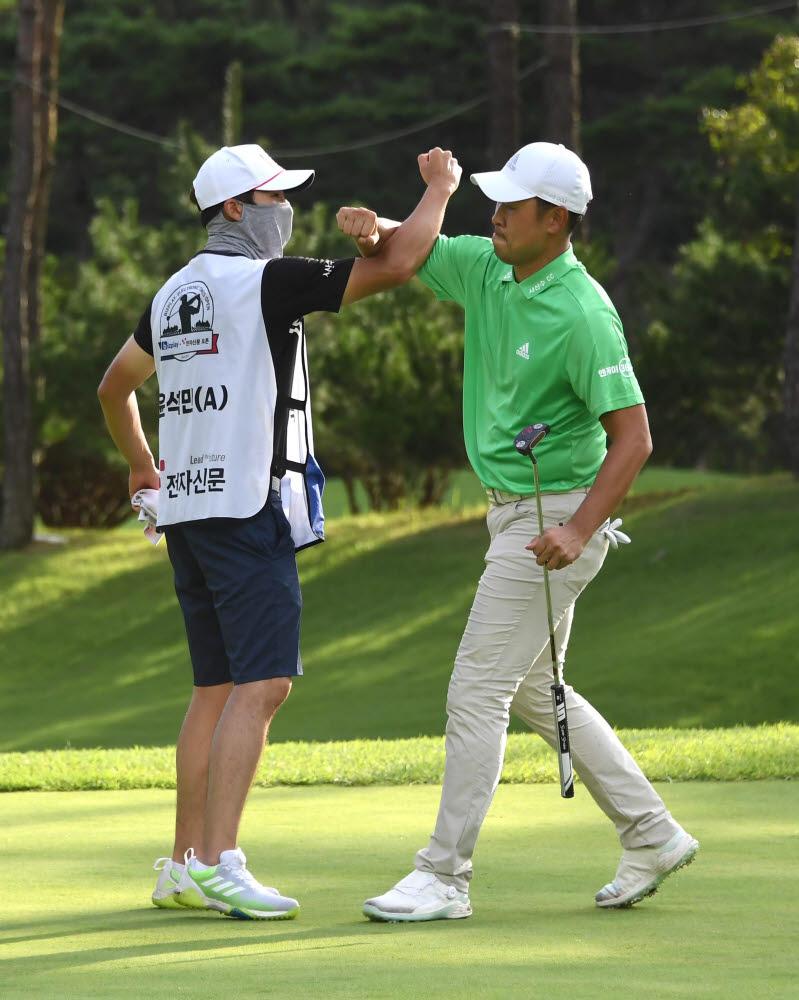 윤석민이 2라운드 8번 홀에서 자신의 코치이자 지인으로 이번 대회에서 캐디로 함께한 최충만 프로와 버디 세러머니 하는 모습.