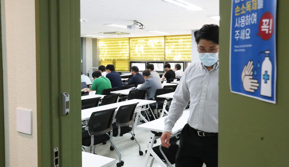 금융플랫폼 규제 관련 긴급간담회가 비공개로 진행된 가운데 관계자가 회의장 문을 닫고 있다.