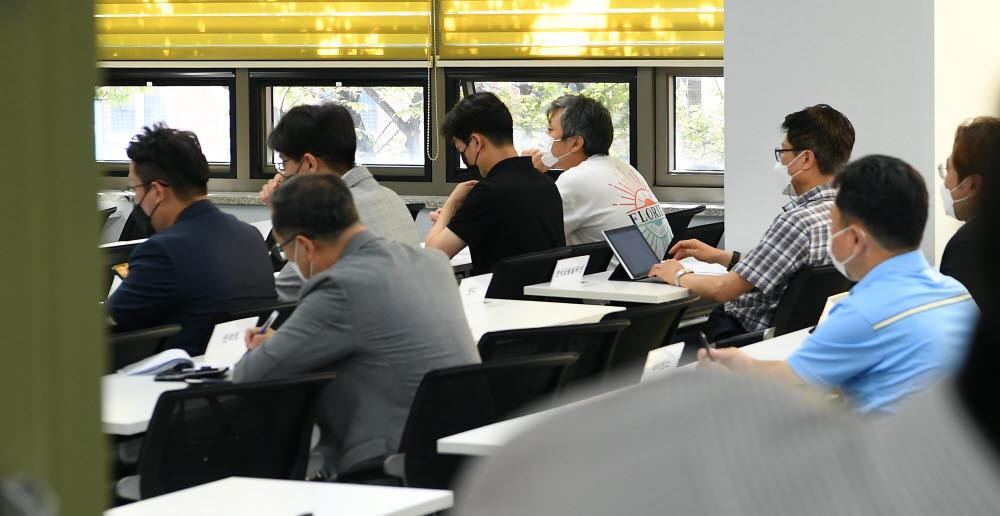 9일 서울 중구 상연재에서 금융플랫폼 규제 관련 긴급간담회가 열린 가운데 빅테크·핀테크 기업 관계자들이 회의에 참석하고 있다.