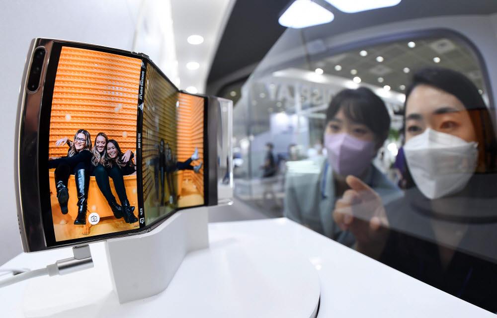 삼성디스플레이가 개발한 폴더블 디스플레이. S자 형태로 두 번 접을 수 있다.<사진=전자신문>