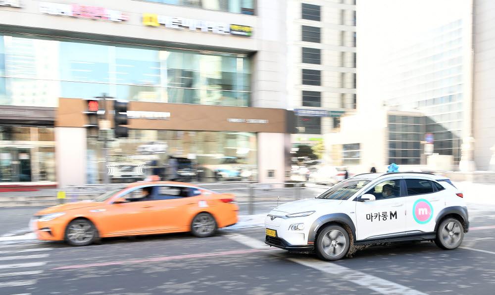 서울시에서 운행 중인 일반 액화석유가스(LPG) 택시(왼쪽)와 전기 택시 모습. 전자신문 DB