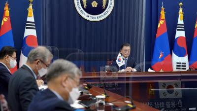 문 대통령, 몽골과 정상회담...한반도 평화프로세스 재가동