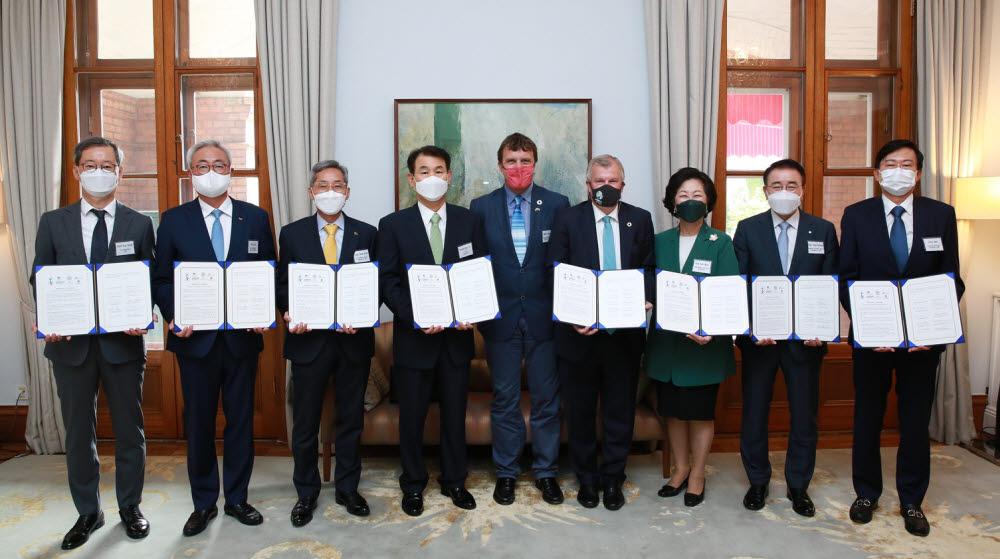 13일 오전 서울 중구 세종대로 주한 영국대사관에서 열린 국제 기후리스크 관리모형 개발 업무 협약식에 참석한 CJ제일제당 최은석 대표이사(맨 왼쪽)를 비롯한 산관학 대표들이 협약을 마치고 기념촬영을 하고 있다.