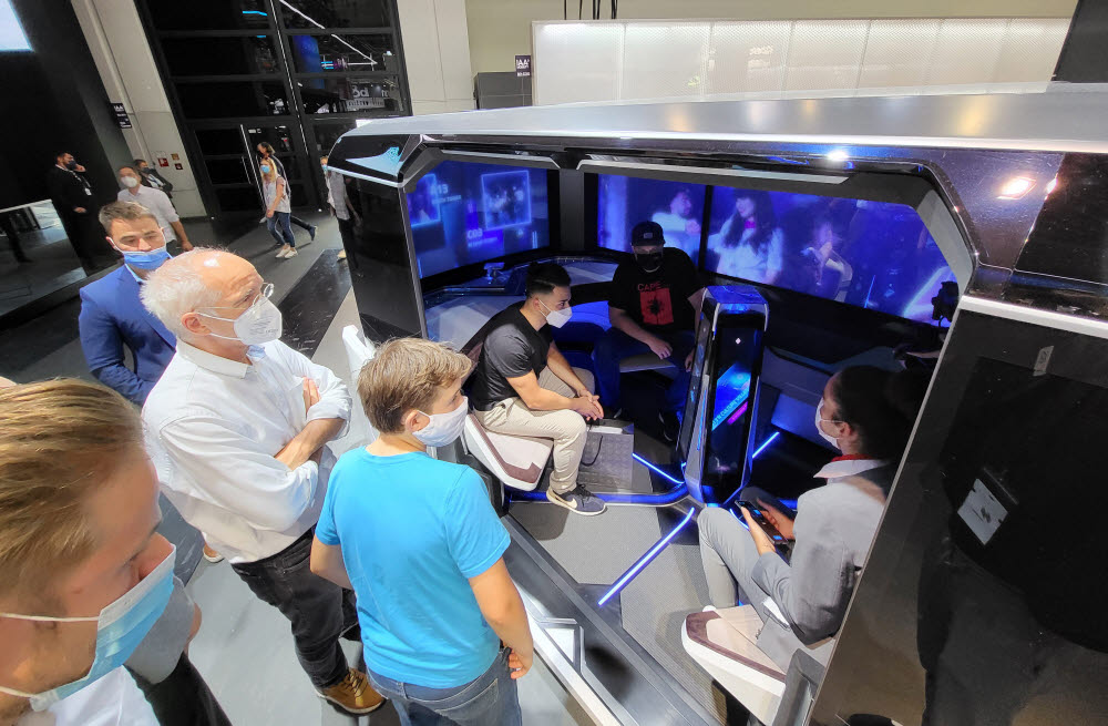 이달 초 독일 뮌헨에서 열린 IAA모빌리티에서 관람객들이 현대모비스의 완전자율주행 컨셉카 엠비전X에 탑승해 인포테인먼트 신기술을 체험하고 있는 모습.