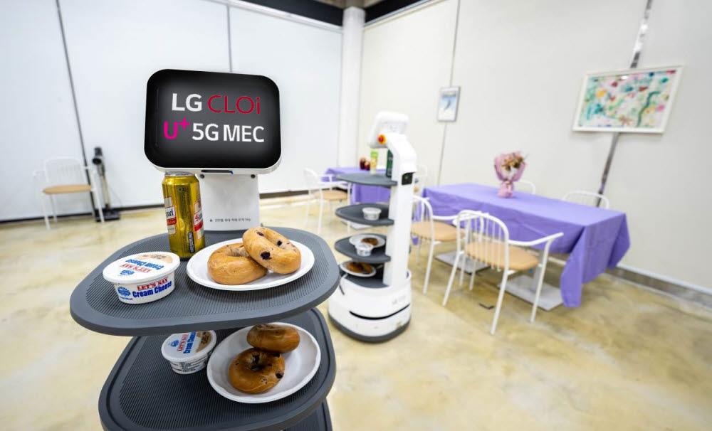 MEC에 탑재된 자율 주행 엔진을 통해 LG전자 배송로봇들이 음료를 전달하고 있다.